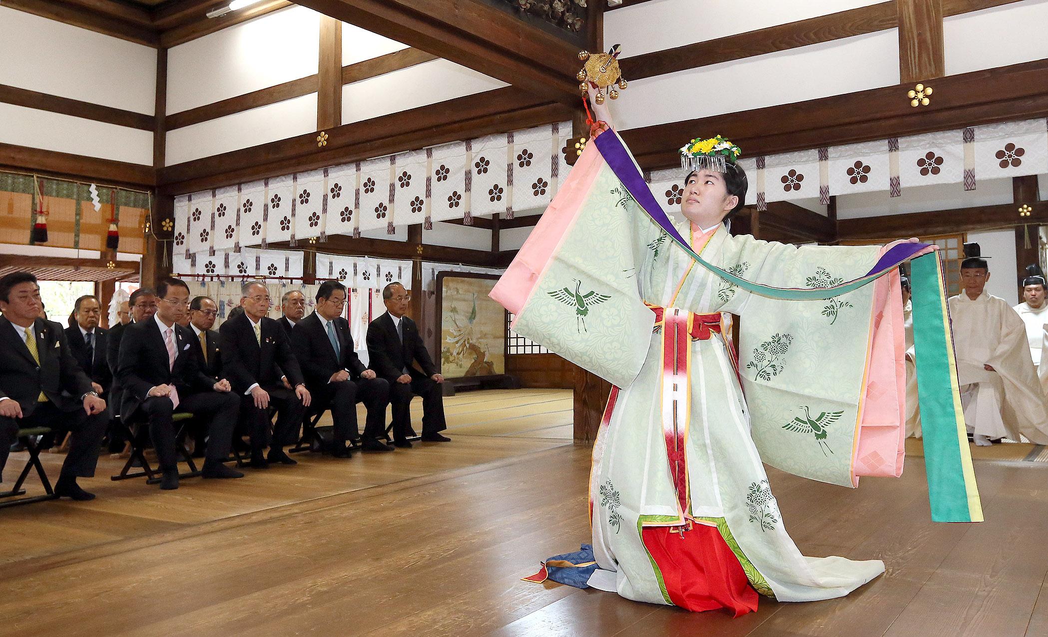 舞を踊る巫女=5日午前10時20分、金沢市の尾山神社