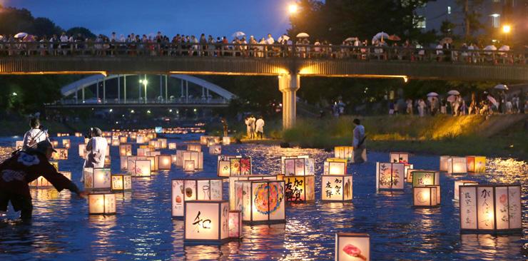幻想的な明かりが水面を漂った加賀友禅燈ろう流し=5日午後7時20分、金沢市の浅野川