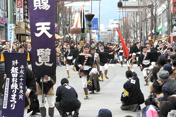 2010年3月の飯田お練りまつりで飯田市街地の中心部を練り歩く「大名行列」