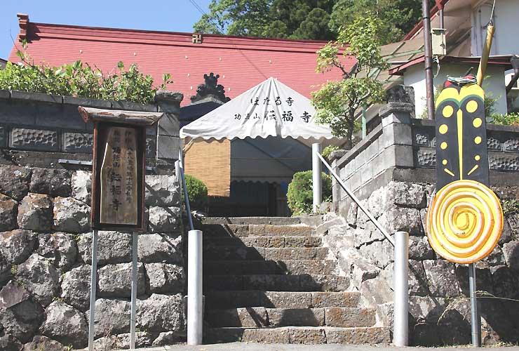 蛍のオブジェが飾られた伝福寺