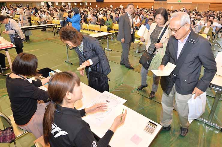 公演のチケットを求める人たち=6日午前10時2分、松本市総合体育館