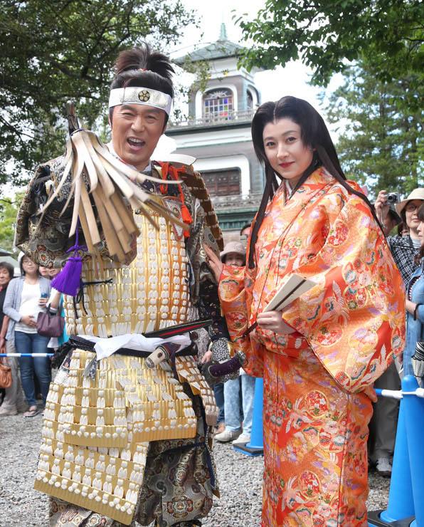 本番の衣装を身に着けて百万石行列に向けて意気込む内藤さん(左)と菊川さん=6日正午、金沢市の尾山神社