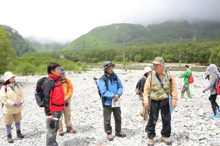 参加者たちは大正池(奥)周辺を歩きながら上高地の歴史や自然を学んだ=6日、松本市安曇