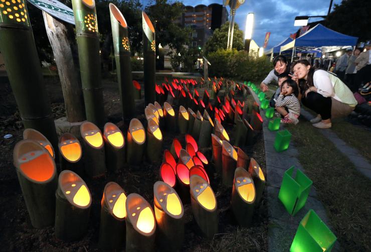ろうそくの柔らかな明かりが街を照らした「竹宵まつり100万人のキャンドルナイトin南信州」=6日午後7時25分、飯田市