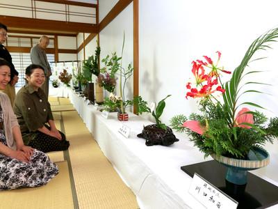 初夏薫る花寄せ 金澤神社で県華道連盟