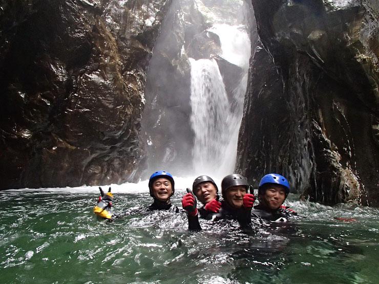岩の上から飛び降りたり、滝を滑り降りたりする黒部峡谷のキャニオニング
