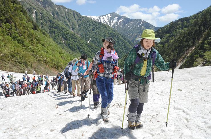 雪渓からの眺めを楽しみながら針ノ木峠を目指す登山者たち=7日午前10時、針ノ木雪渓