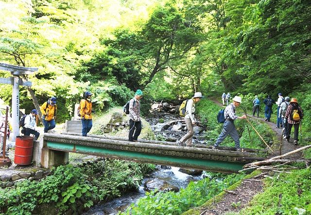 夜叉ケ池が山開きとなり、頂上を目指し歩く登山者=7日、福井県南越前町岩谷