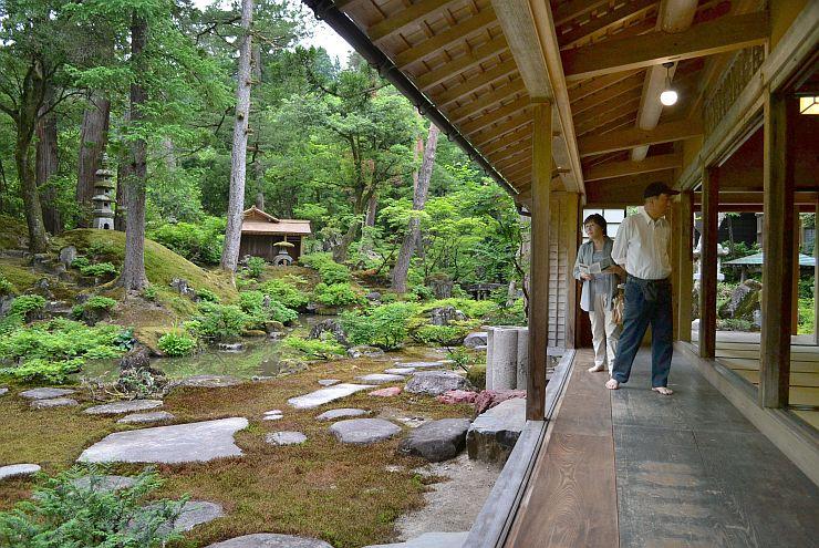 一般公開が始まった貞観園で美しい庭を眺める来館者=柏崎市高柳町岡野町