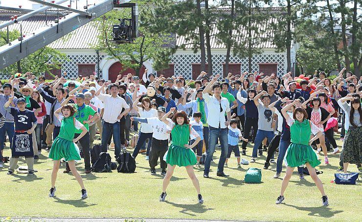 にいがた自慢ソングに合わせ、Negiccoと一緒に踊る市民ら=6日、新潟市中央区