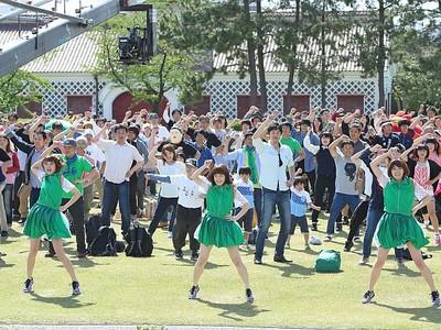 「自慢ソング」PV撮影 新潟愛踊って表現 ねぎっこと市民400人