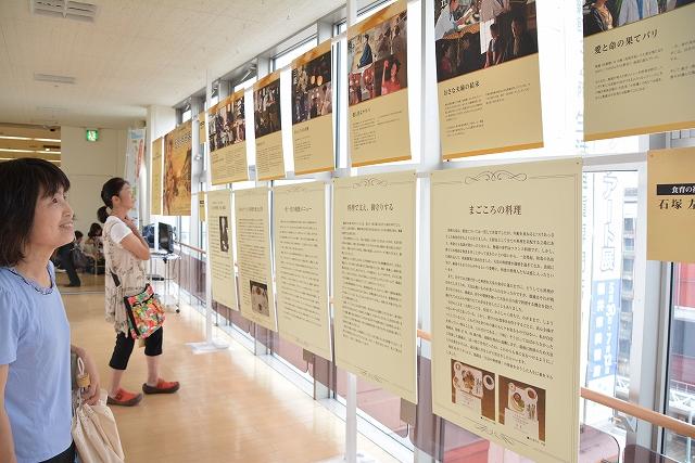 秋山徳蔵の足跡をパネルで紹介する特別展=8日、福井市の西武福井店