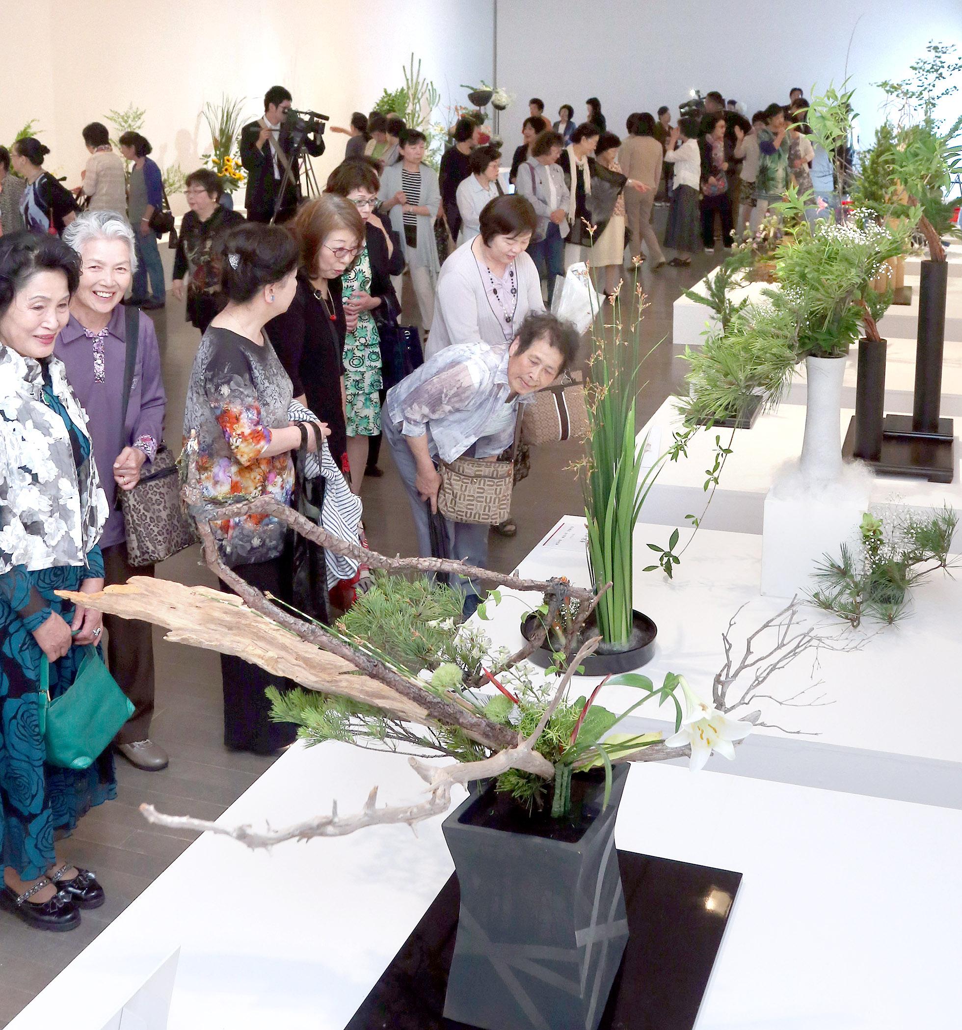 節目を彩る力作の数々を堪能する愛好者=9日午前10時10分、金沢21世紀美術館