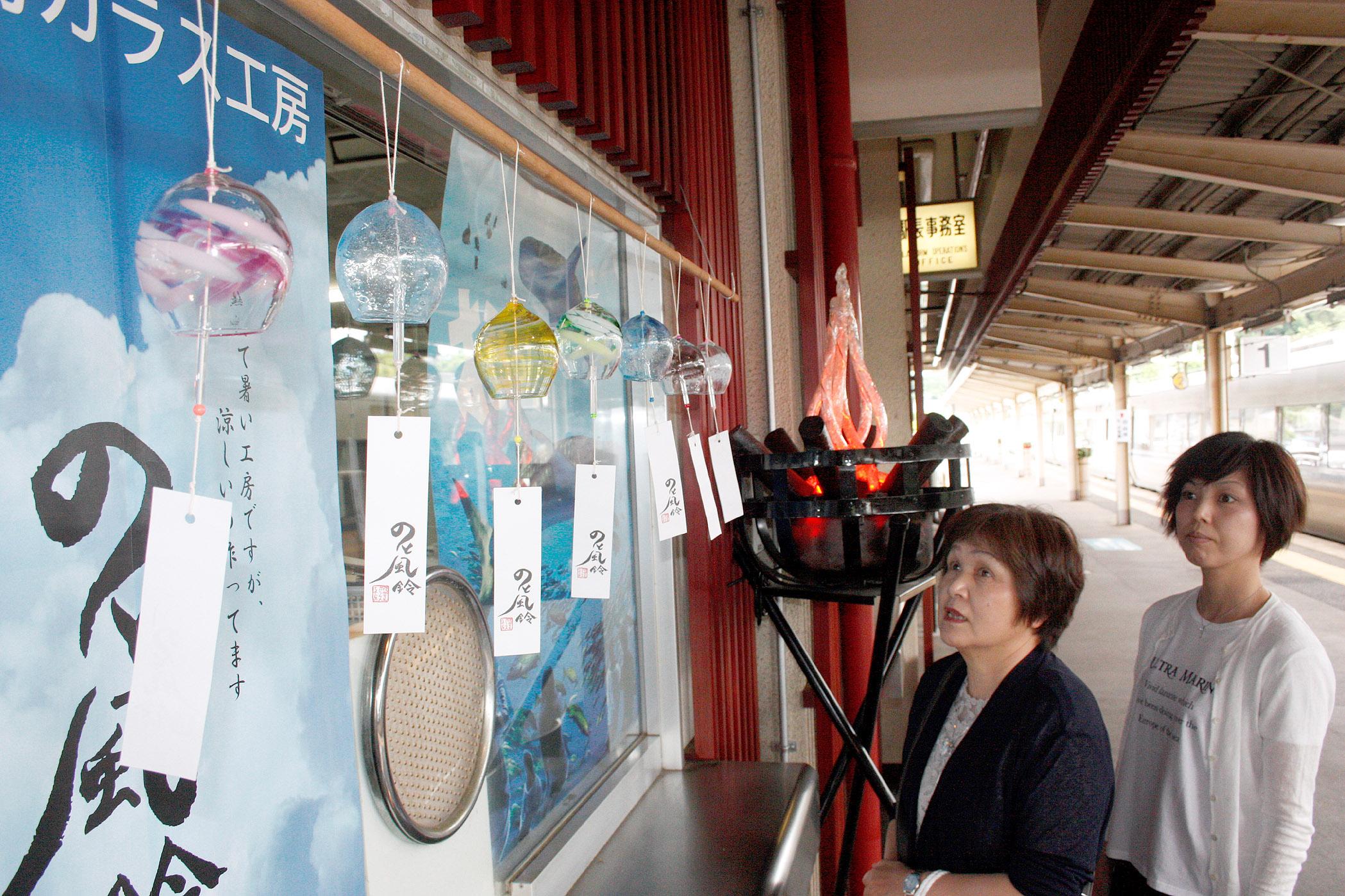 のと風鈴を眺める駅利用者=JR和倉温泉駅