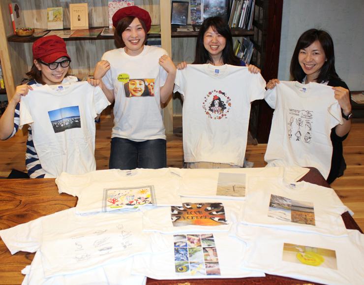 Tシャツアート展に向けて準備を進めている四津井さん(右から2人目)ら「ざ・ぶんっ」のメンバー=高岡市本町