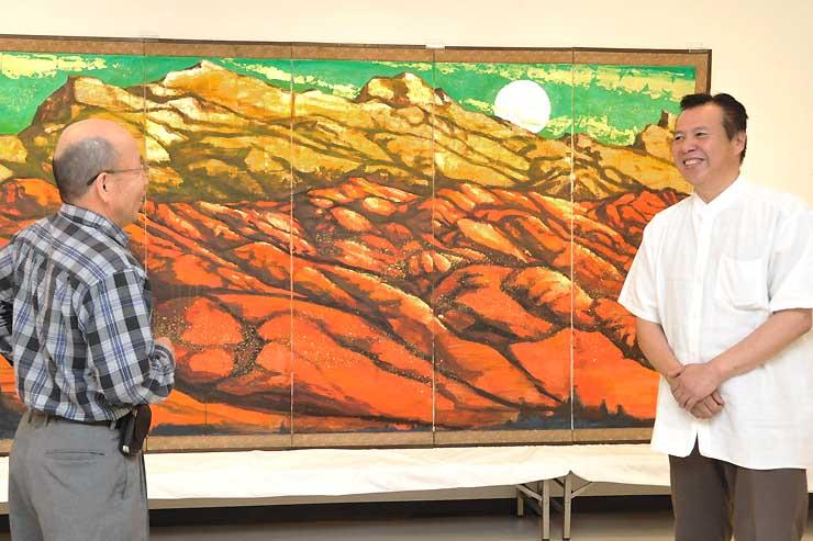 南仏のサント・ビクトワール山を描いた作品「悠悠蒼天」の前で日本画について語る吉川さん(右)