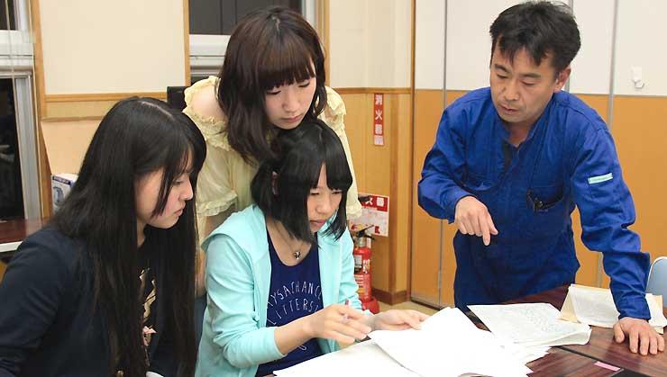 ライブパフォーマンスの打ち合わせをする信州豊南短大の学生ら