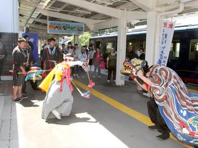 獅子舞や太鼓で観光列車送迎 のと鉄道の3駅で