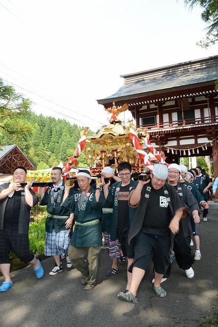 みこし渡御が行われた池田大祭=10日、福井県池田町稲荷