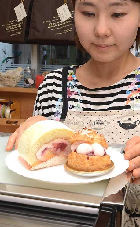 泉屋が出すシュークリームとロールケーキ。富士見町特産のルバーブを使っている