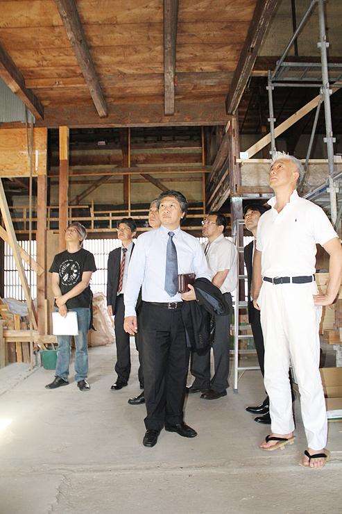 作品の展示場所を確認する実行委員会のメンバーら=旧宮城家