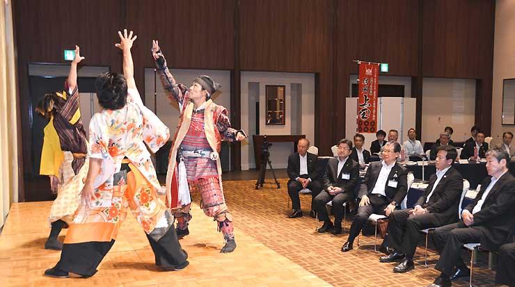 広域連携プロジェクトの設立総会で演舞を披露する「信州上田おもてなし武将隊」