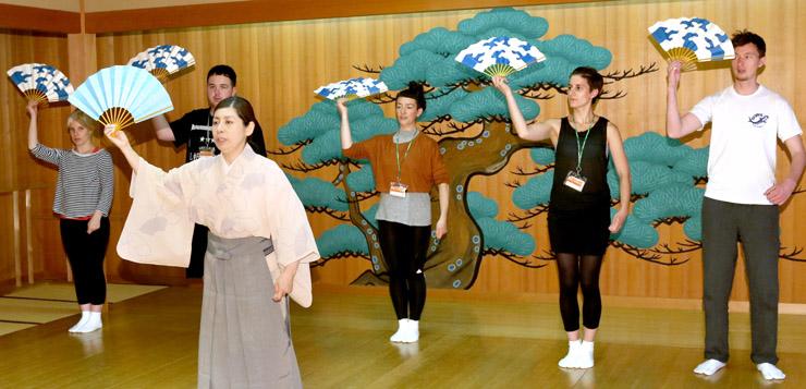 能楽を体験する英国の若手舞台芸術家=金沢市の県立能楽堂