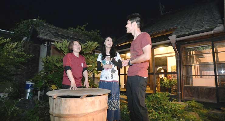屋外でアルコール飲料や二胡の演奏を楽しむイベント「星空Bar」を開くゲストハウスの中庭