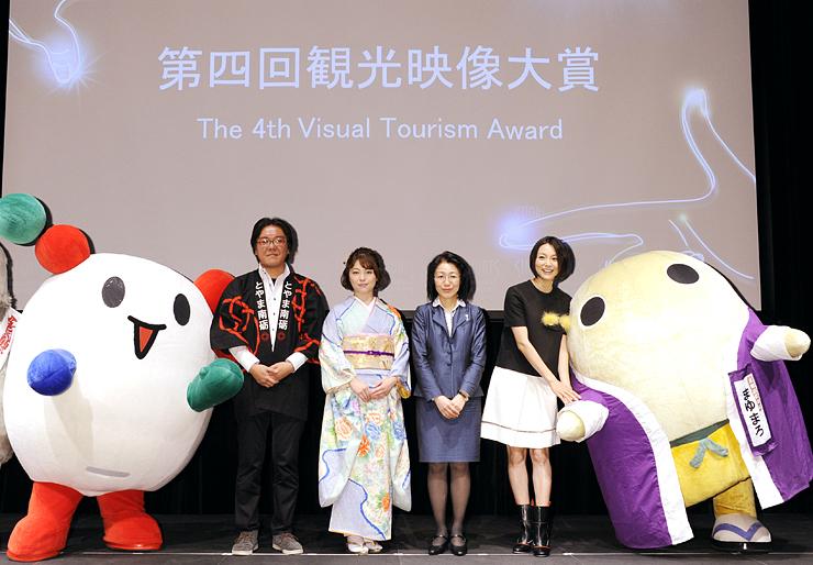授賞式に登場した石井あす香さん(左から2人目)ら。左のキャラクターは南砺市の「NANTOくん」=東京・世田谷の二子玉川ライズ