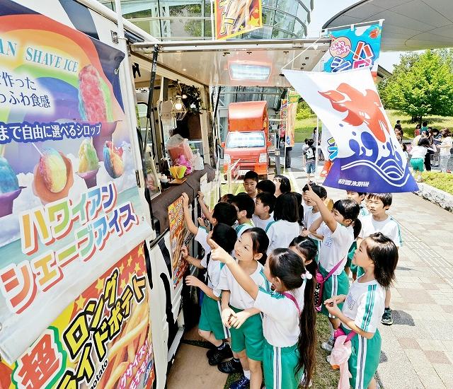アメリカン・ポップアート展に合わせて行われたケータリングカーでのスナック販売=13日、福井市美術館