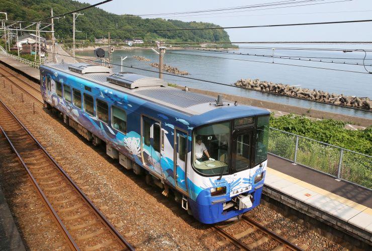えちごトキめき鉄道の通常の運行の他に貸し切り列車としても使われる車両=13日、上越市有間川