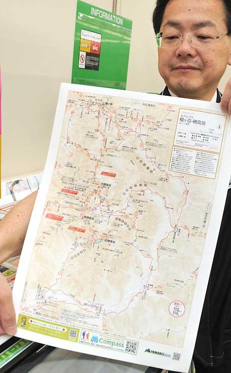 コンビニ店内で印刷できる登山地図=15日、松本市巾上のファミリーマート松本駅アルプス口店