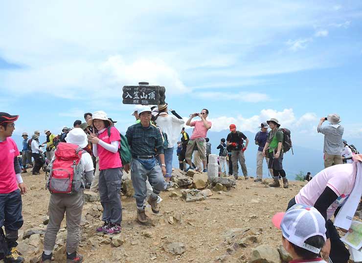 にぎわう入笠山山頂。登ってきた人は周囲に広がるパノラマを楽しんだ