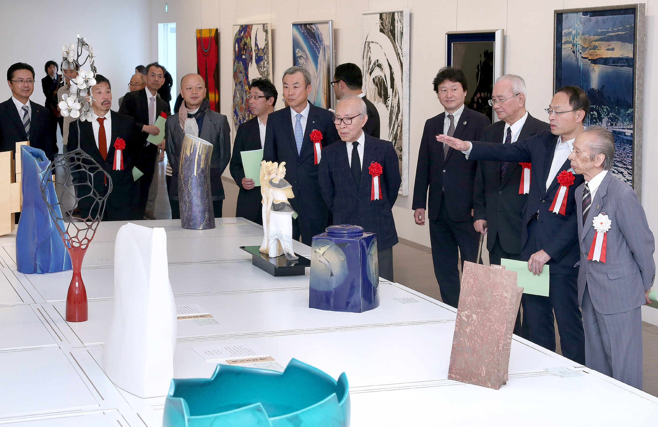 力作の数々を鑑賞する開場式出席者=16日午前10時、金沢21世紀美術館市民ギャラリー