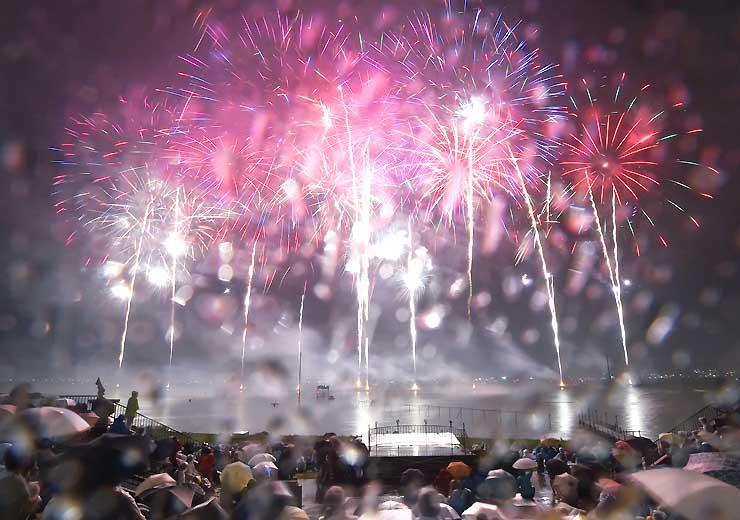 雨の中行われた昨年の諏訪湖祭湖上花火大会