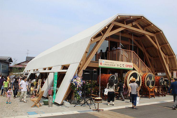 開業した「いこて」。跳ね上げ式の屋根を使った屋台も出店した=14日、十日町市本町5