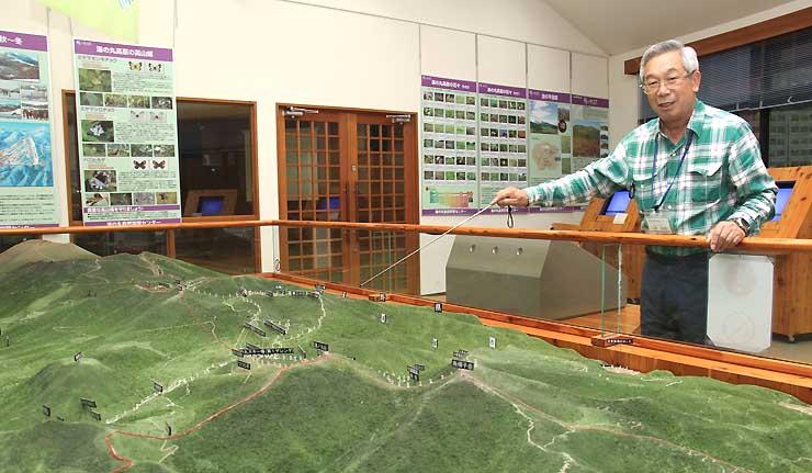 湯の丸自然学習センター内にある湯の丸高原周辺の立体模型を説明する小林さん