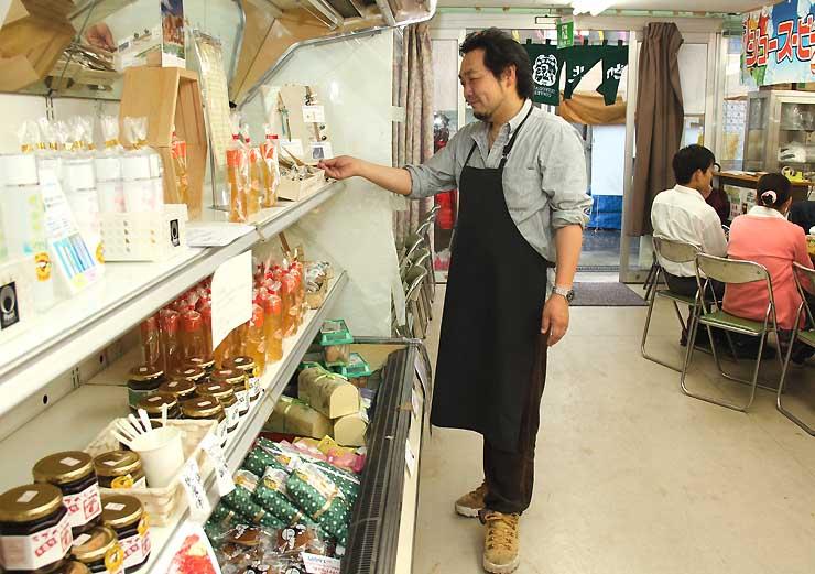 辰野町の特産品が並ぶ「おもてなし空間」