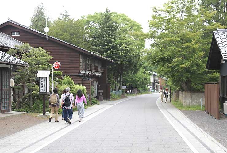 「しなの追分馬子唄道中」の行列が練り歩く旧中山道追分宿=軽井沢町追分