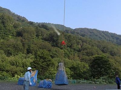 飯豊連峰 7月山開き 山は呼ぶ準備着々 ヘリで山小屋に荷上げ 胎内