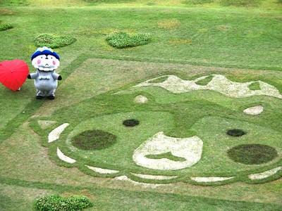 幸せ発信、おおまぴょんの地上絵 大町市・松川村の国営公園