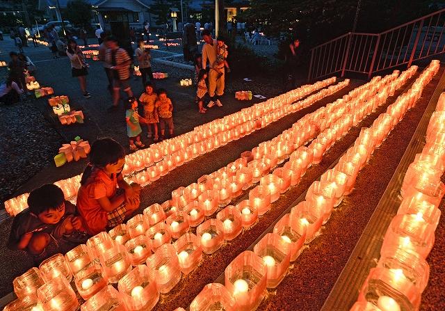 ろうそくの温かな光が境内を照らした「100万人のキャンドルナイトinふくい」=20日夜、福井市の県護国神社