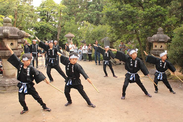 弥栄節に合わせて勇壮に踊る子どもたち=高岡市の前田利長墓所