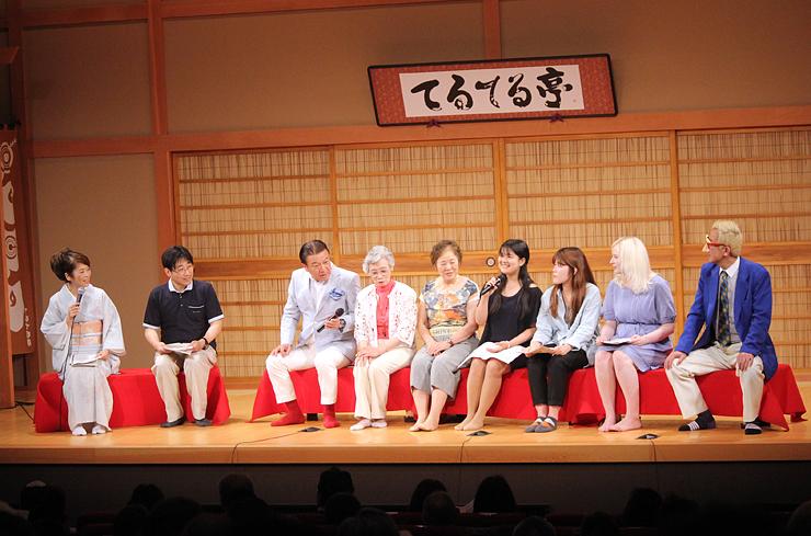 富山弁の魅力について語る中井教授(左から2人目)ら=てるてる亭