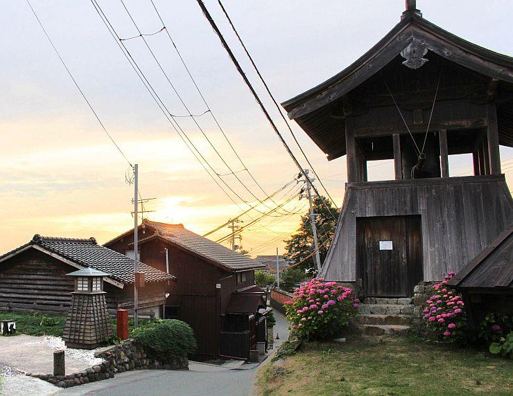 国の重要文化的景観への選定を答申された佐渡市相川地区。鐘楼などの建物や石垣が鉱山町の風情を伝える=19日