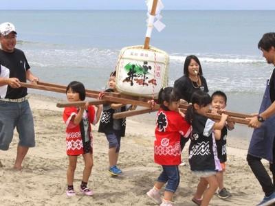新発田・藤塚浜 新潟県内トップ切り海開き 地元園児らみこしで祝う