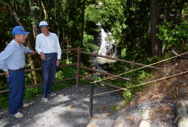 「勝蓮花の滝」(奥)を多くの人に見てもらおうと整備された階段や展望スペース=越前市勝蓮花町