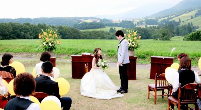 のどかな風景が広がる高原で行われた模擬結婚式=23日、福井県大野市南六呂師のミルク工房奥越前