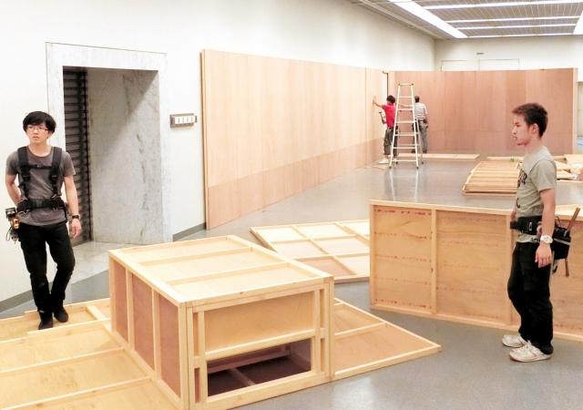 7月3日開幕に向け始まった「古代エジプト美術の世界展」の会場設営=23日、福井市の県立美術館