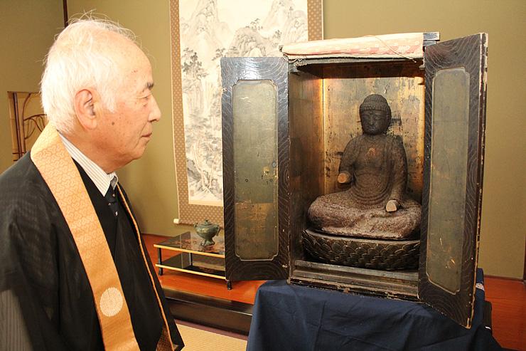 安置する辻徳法寺で7月5日に公開される鉄仏=黒部市三日市